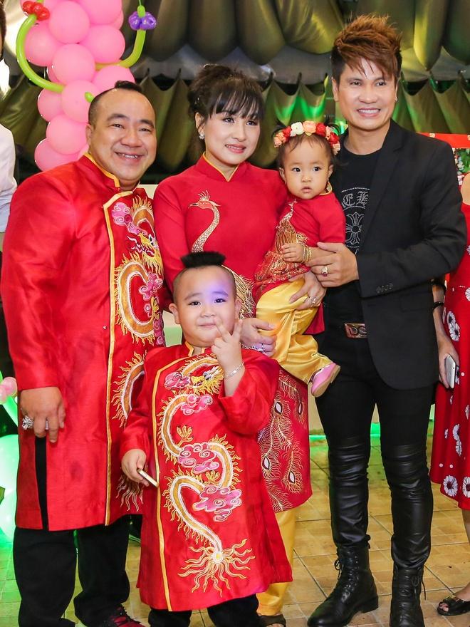 Gia dinh Hieu Hien mac ao dai do mung thoi noi con gai hinh anh 3