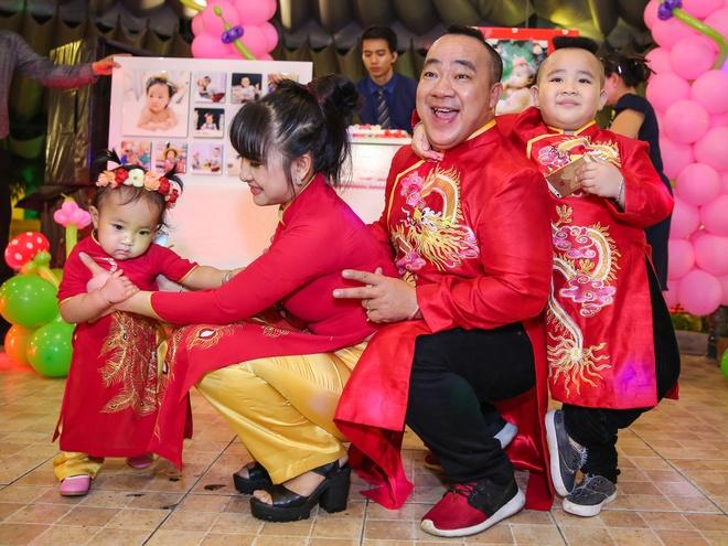 Gia dinh Hieu Hien mac ao dai do mung thoi noi con gai hinh anh 1