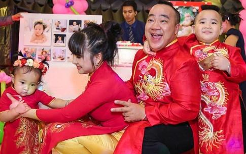 Gia dinh Hieu Hien mac ao dai do mung thoi noi con gai hinh anh