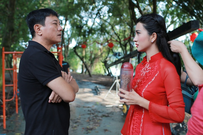 Kim Tuyen than thiet voi hau boi Thanh Long tren phim truong hinh anh 3