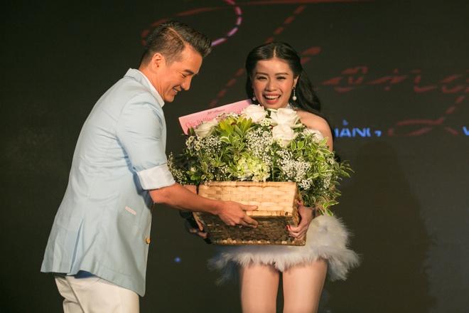 Mr. Dam mang hoa den chuc mung Sao mai Thu Hang hinh anh 3