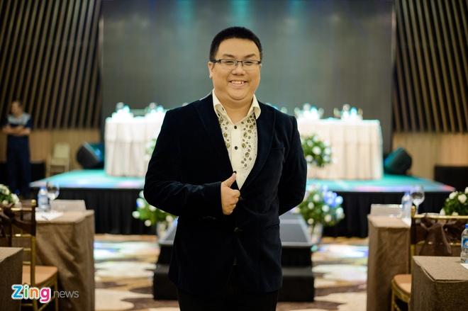 Ngoc Trinh om cham Dam Vinh Hung anh 5