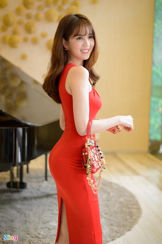 Ngoc Trinh om cham Dam Vinh Hung anh 2