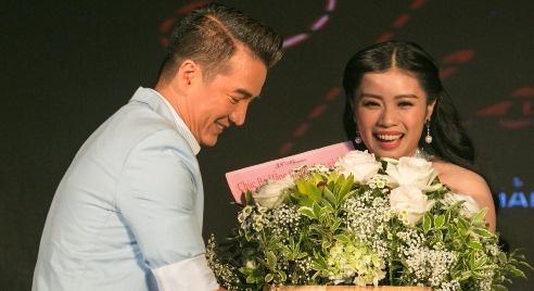 Mr. Dam mang hoa den chuc mung Sao mai Thu Hang hinh anh