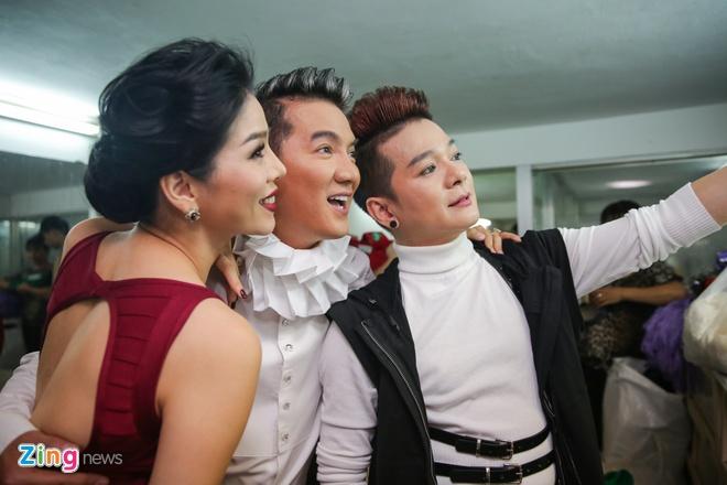 Dam Vinh Hung vui ve trong hau truong live show hinh anh