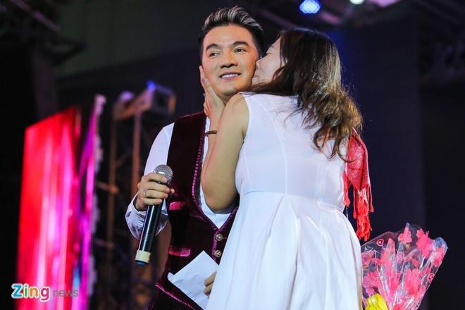 Duong Trieu Vu hon Dam Vinh Hung anh 13