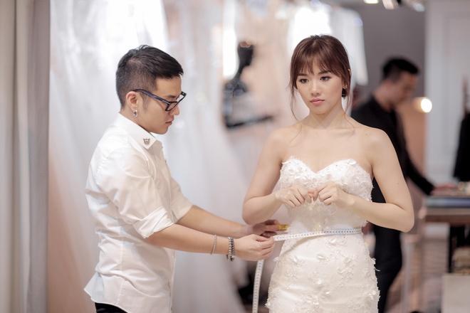 Tran Thanh dat rieng hai mau vay cuoi dac biet cho Hari Won hinh anh 1