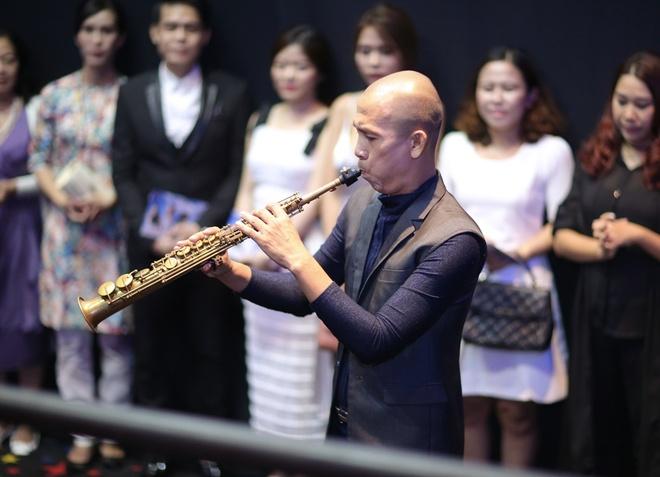 Ca khuc 'Anh cu di di' lan dau duoc hoa tau saxophone hinh anh 2