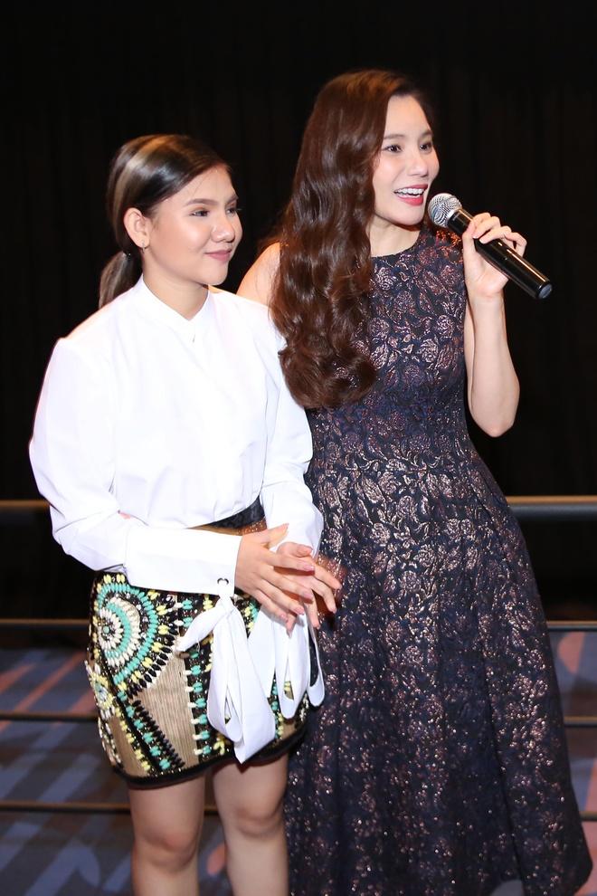 Ho Quynh Huong tang nhan vien ve xem phim anh 2