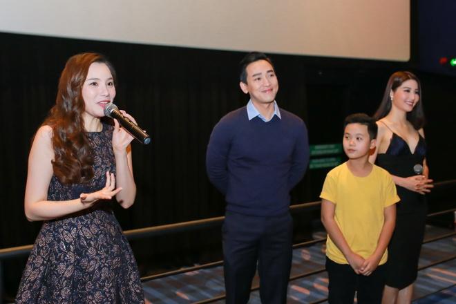 Ho Quynh Huong tang nhan vien ve xem phim anh 3