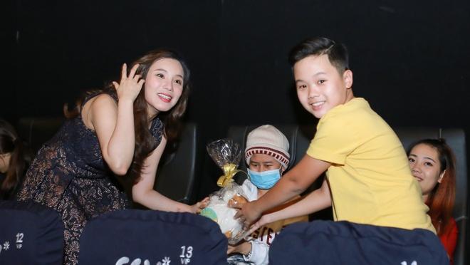 Ho Quynh Huong tang nhan vien ve xem phim anh 4
