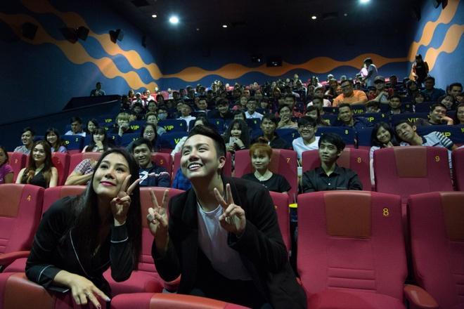 Ho Quynh Huong tang nhan vien ve xem phim anh 6