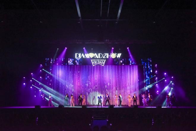 Live show ruc ro sac mau cua Dam Vinh Hung o Nha Trang hinh anh 12