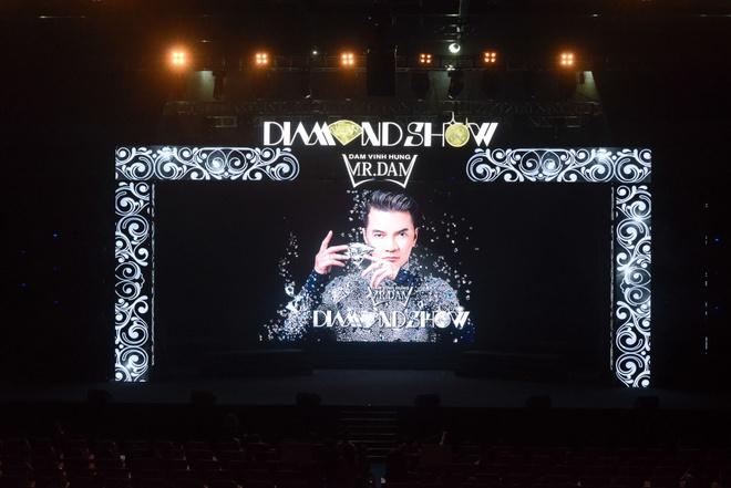 Live show ruc ro sac mau cua Dam Vinh Hung o Nha Trang hinh anh 1