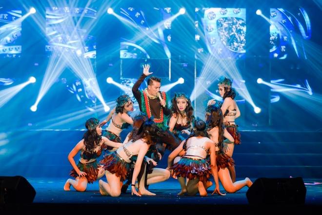Live show ruc ro sac mau cua Dam Vinh Hung o Nha Trang hinh anh 2