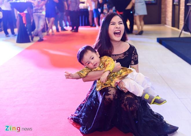 Kieu Minh Tuan va Cat Phuong tinh cam di xem phim 'Oan' hinh anh 4