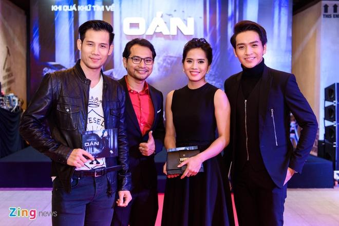 Kieu Minh Tuan va Cat Phuong tinh cam di xem phim 'Oan' hinh anh 7