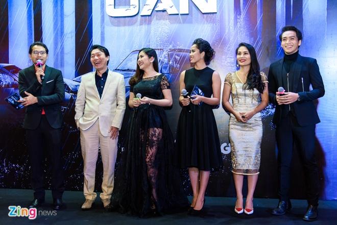 Kieu Minh Tuan va Cat Phuong tinh cam di xem phim 'Oan' hinh anh 13
