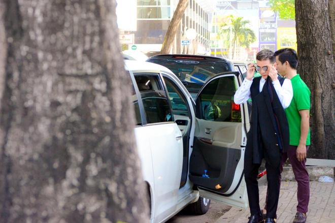 Dam Vinh Hung di cho mua do sau khi quay MV hinh anh 1