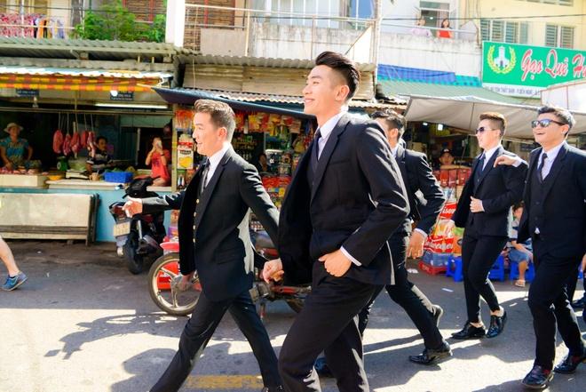 Dam Vinh Hung di cho mua do sau khi quay MV hinh anh 2