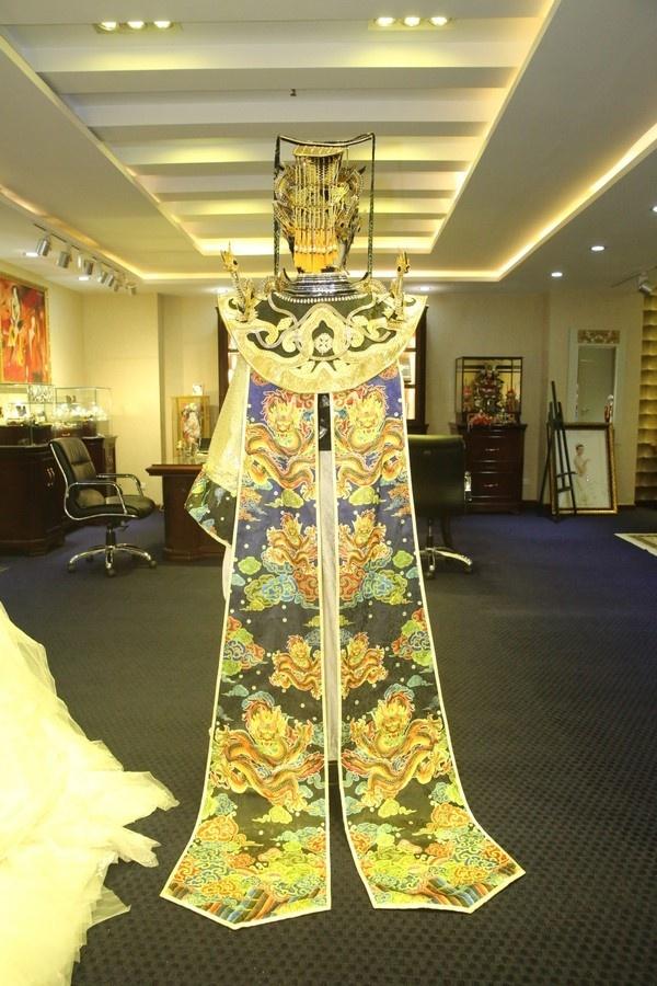 Hoai Linh mac trang phuc nang hon 10kg anh 1