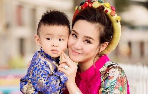 Vy Oanh mac ao dai dua con trai xuong pho ngay can Tet hinh anh