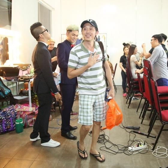 Hoai Linh mac quan sooc, mang dep le di lam giam khao hinh anh 1