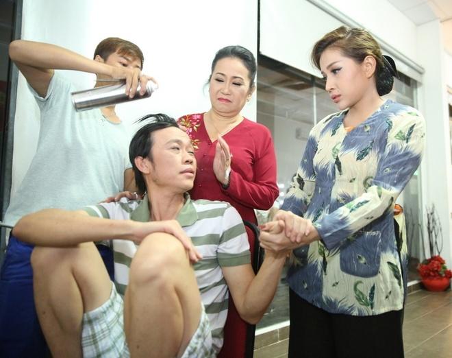 Hoai Linh mac quan sooc, mang dep le di lam giam khao hinh anh 2