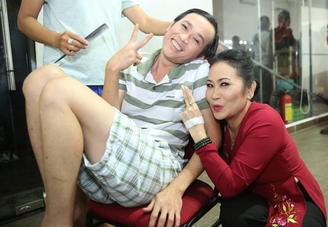 Hoai Linh mac quan sooc, mang dep le di lam giam khao hinh anh 3