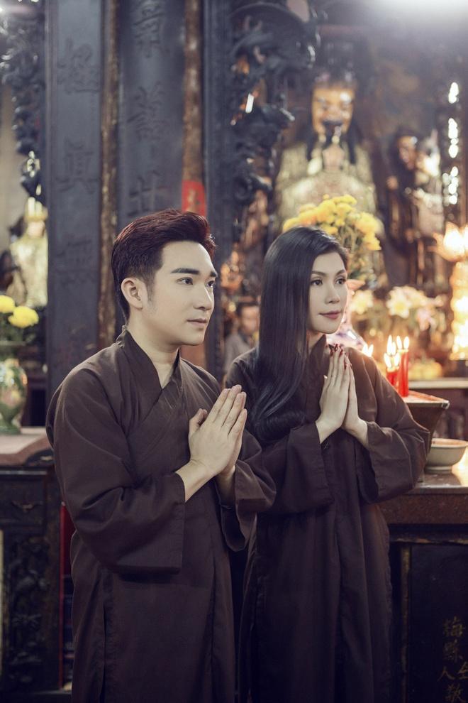 Quang Ha, Uyen Trang di le chua dau nam hinh anh 6