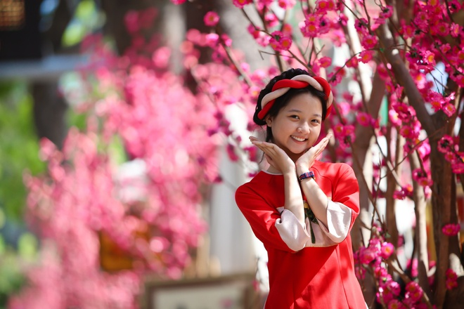 Sao nhi Lam Thanh My dien ao dai xuong pho hinh anh 3