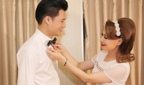 Thanh Thao cham soc Quang Dung truoc mat ban trai hinh anh