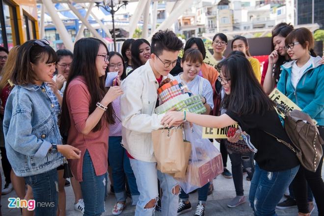 Le Thien Hieu Khe Ne Om Qua Fan Tang Trong Ngay Hop Bao Hinh Anh 1