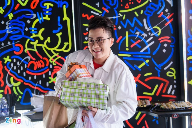 Le Thien Hieu Khe Ne Om Qua Fan Tang Trong Ngay Hop Bao Hinh Anh 2