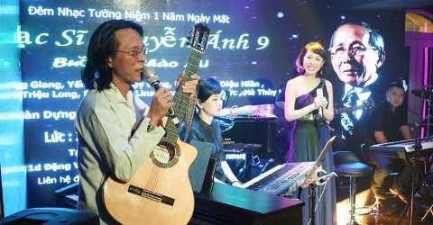 Con trai nhac si Nguyen Anh 9 bieu dien voi cay dan guitar quy hinh anh