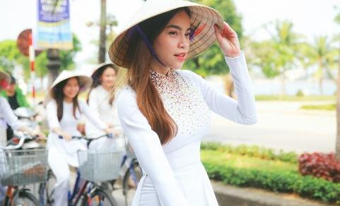Ho Ngoc Ha dap xe cung 50 nu sinh giua trua nang o Quang Binh hinh anh