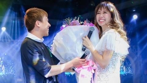 Tran Thanh mang hoa den tang Hari Won o buoi hop fan hinh anh