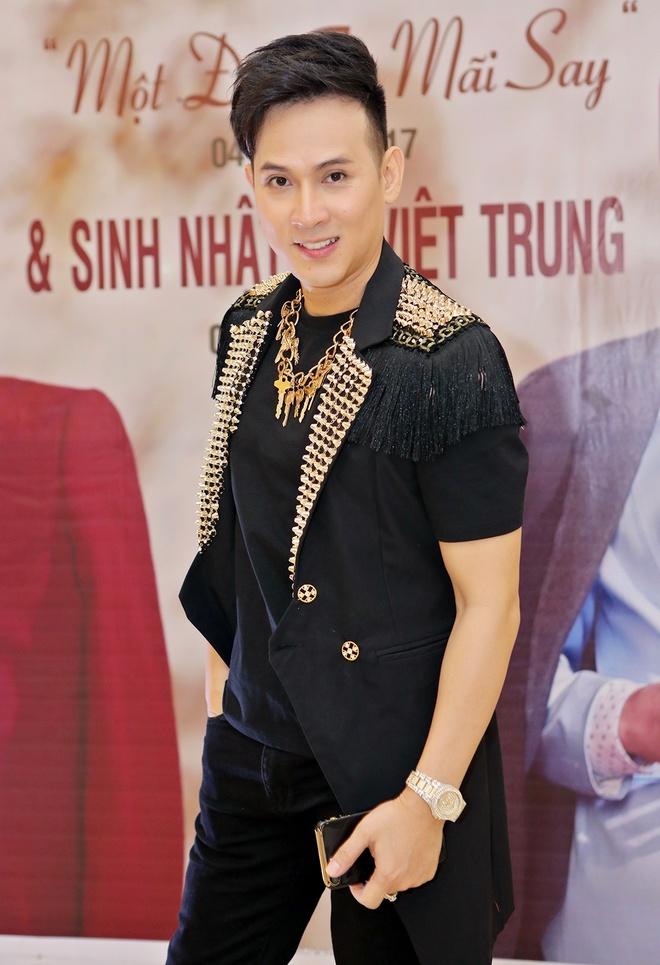 Ho Viet Trung cong khai ban gai hot girl trong hop bao hinh anh 5