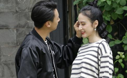 Angela Phuong Trinh tinh tu ben Rocker Nguyen o phim truong 'Glee' hinh anh