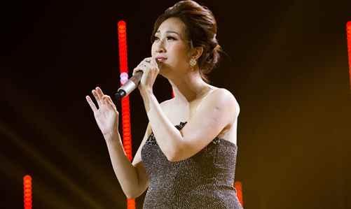 Leu Phuong Anh hat tren san khau, xe cap cuu cho ben ngoai hinh anh