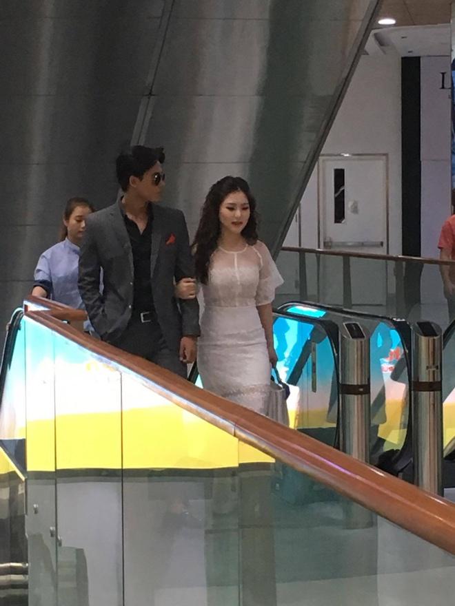 Huong Tram va nam chinh MV 'Em gai mua' quan quyt khong roi hinh anh 3