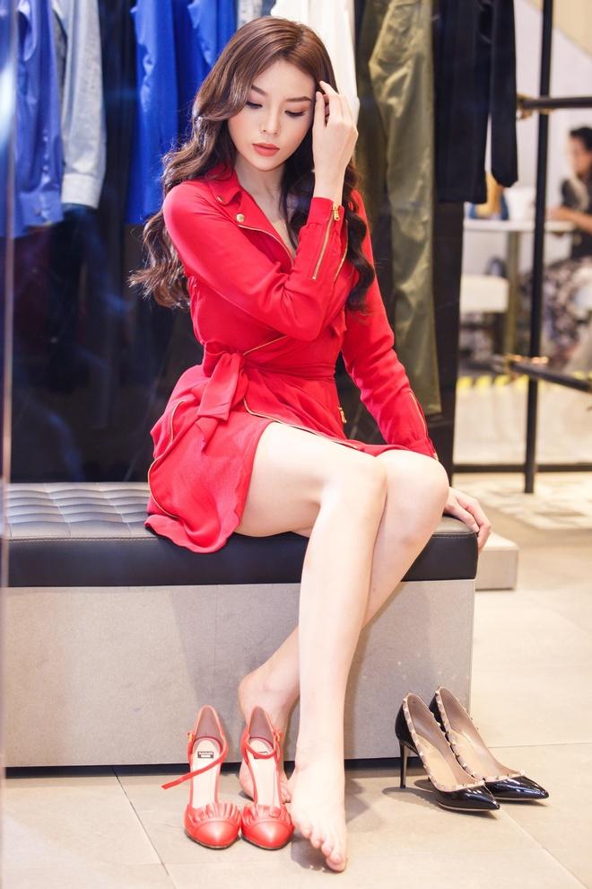 Hoa hau Ky Duyen chuan bi do hieu du Milan Fashion Week hinh anh 6