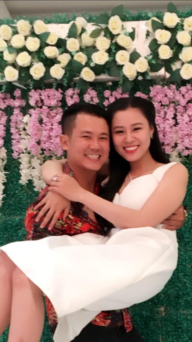 Ca si Van Quang Long ket hon lan hai voi vo kem 10 tuoi hinh anh 2