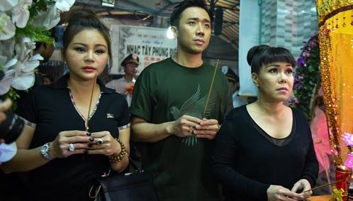 Tran Thanh, Viet Huong buon ba den vieng nghe si Khanh Nam luc khuya hinh anh