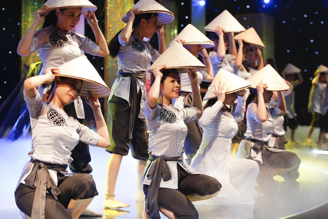Nam Em di thuyen, hat 'Da co hoai lang' trong show thoi trang hinh anh 7