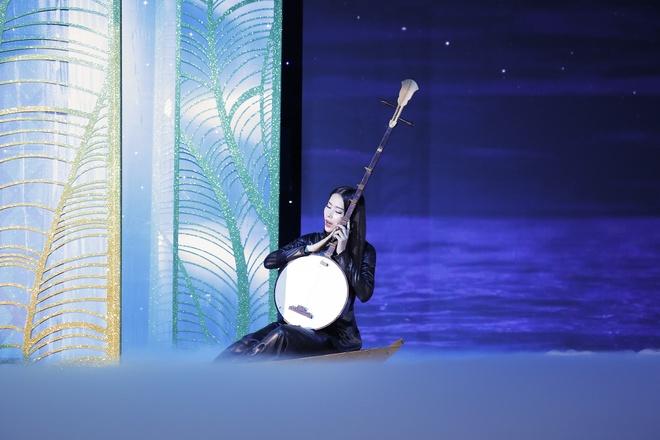 Nam Em di thuyen, hat 'Da co hoai lang' trong show thoi trang hinh anh 2