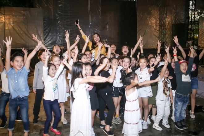 Thanh Hang 'doi mua' tap catwalk cho cac em nho tren pho di bo hinh anh 7