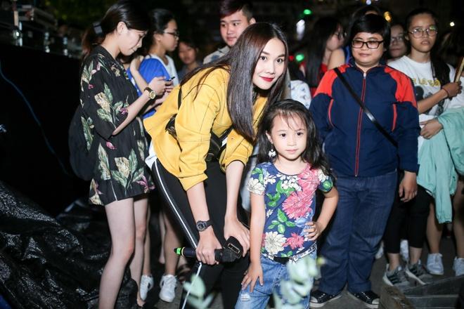 Thanh Hang 'doi mua' tap catwalk cho cac em nho tren pho di bo hinh anh