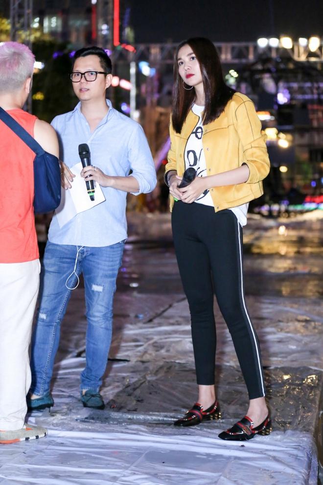 Thanh Hang 'doi mua' tap catwalk cho cac em nho tren pho di bo hinh anh 4