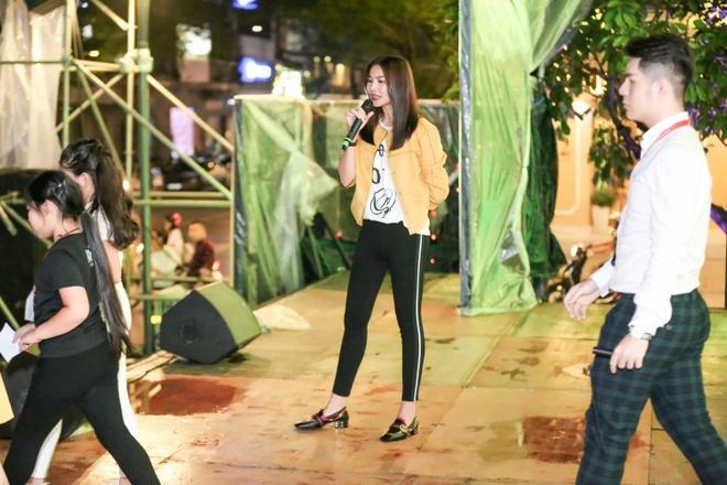 Thanh Hang 'doi mua' tap catwalk cho cac em nho tren pho di bo hinh anh 2